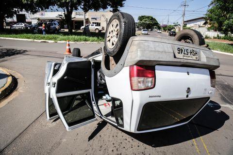A caminho do trabalho, motorista não respeita sinalização e capota carro em Campo Grande