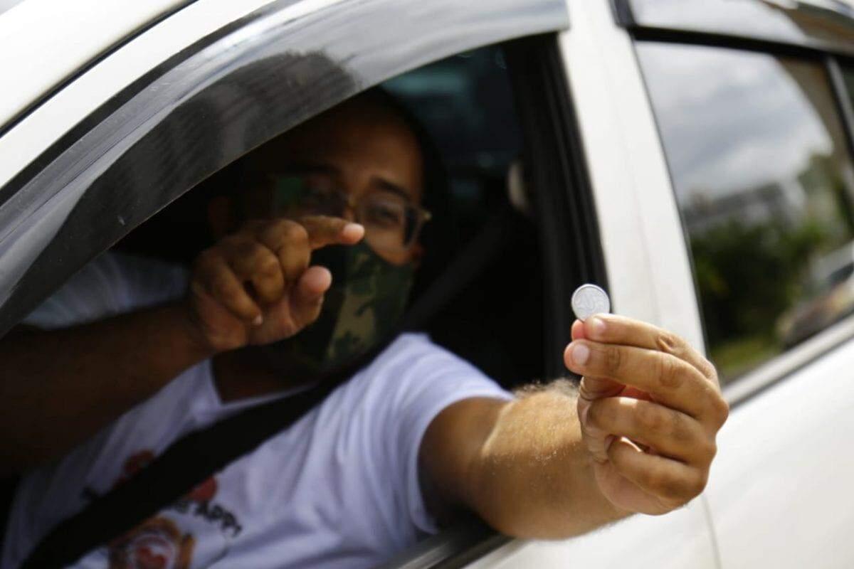 Pelo terceiro dia, motoristas de aplicativo protestam abastecendo Ralt=